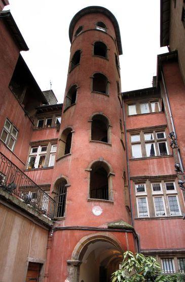 800px-Traboule_courtyard_C_staircase_Lyon
